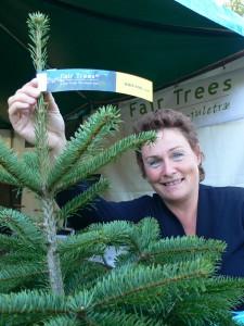 Fair-Trees®-Weihnachtsbäume sind mit speziellen Etiketten gekennzeichnet. Marianne Bols, Gründerin von Fair Trees®.